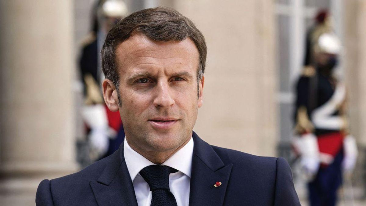 «Tenue décente exigée» à l'école : Emmanuel Macron scandalise la Toile avec ses propos