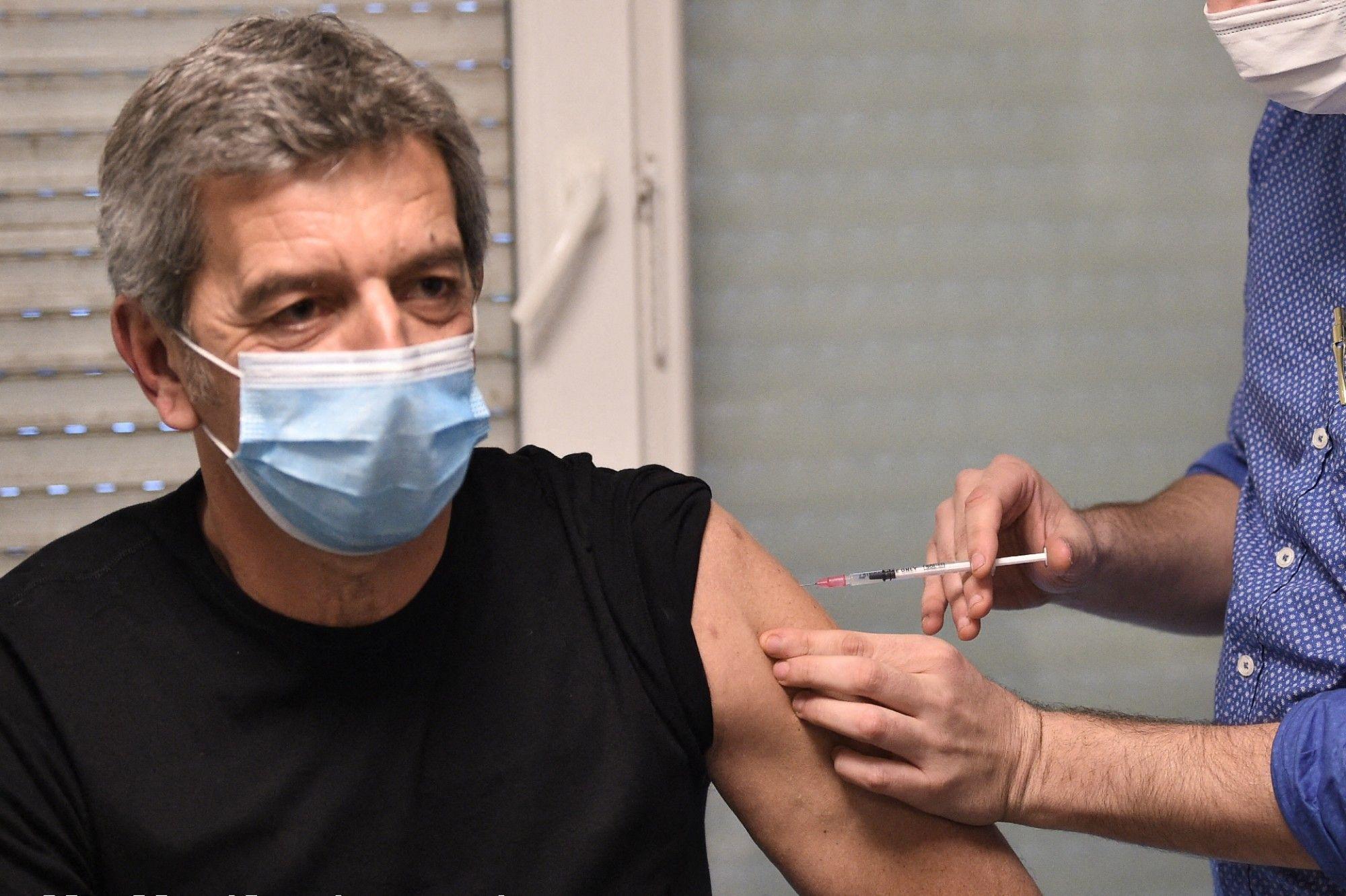 Vaccin contre le coronavirus : Michel Cymes s'en prend au personnel soignant
