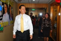 Noli de Casstro and Korina enter the ABS-CBN news room where they were welcomed warmly by the news staff
