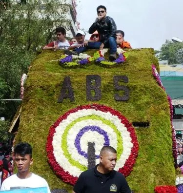 Robin Padilla leads the group of Kapamilya stars on aborad the ABS-CBN Regional Network Group floral float