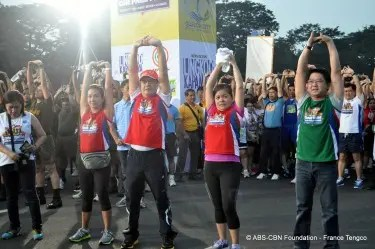 Korina Sanchez, Noli de Castro, ABS-CBN News and Current Affairs head Ging Reyes and Herbert Bautista lead the warm-up exercises