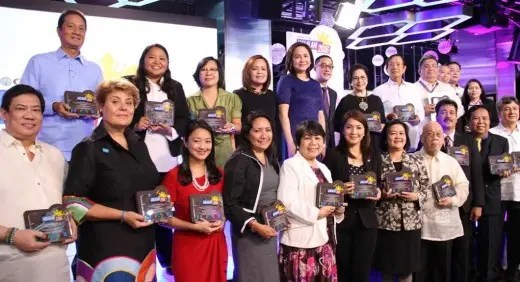 Complete caption of photo of ABS-CBN executives with cause partners: ABS-CBN president and CEO Charo Santos-Concio, ABS-CBN COO Carlo Katigbak, and ABS-CBN News head Ging Reyes with representatives/signatories of Halalan 2016 cause partners: COMELEC commissioner Luie Tito Guia; Amb. Henrietta de Villa, PPCRV national chairperson; Usec. Rafael Seguis, DFA-OVS chairman; Dr. Ana Maria Tabunda, Pulse Asia Research Inc. senior research fellow; Quintin Atienza, Australian Embassy manila senior program officer; Maribel Buenaobra, The Asia Foundation deputy country representative; Atty. Rona Ann Caritos, LENTE acting executive director; Francisco Del Rosario, Management Association of the Philippines president; Atty. Jose Luis Agcaoili, Philippine Bar Association first vice president; Leo Quirubin, CMC, Philippine Computer Society president; Dr. Lourdes Portus, Philippines Communication Society vice president; Dr. Gwendolyn Pang, Philippine Red Cross secretary-general; Gregg Pacifico, REACT national president; Lotta Sylwander, UNICEF Philippines country representative; Natalie Cristine Jorge, Youth Vote Philippines co-founder and Young Public Servants president; Prof. J. Prospero de Vera III, UP System vice president for public affairs; Atty. Jaime Hofilena, ADMU vice president for social development; Br. Michael Broughton FSC, DLSU vice chancellor for Lasallian Mission; Assoc. Prof. Giovanna Fontanilla, UST Office of Public Affairs director; Dr. Aileen dela Cruz, La Consolacion College vice president for external affairs; Peter Fernandez, STI EVP and COO; and Dr. Cris Icban Jr., Manila Bulletin editor-in-chief.