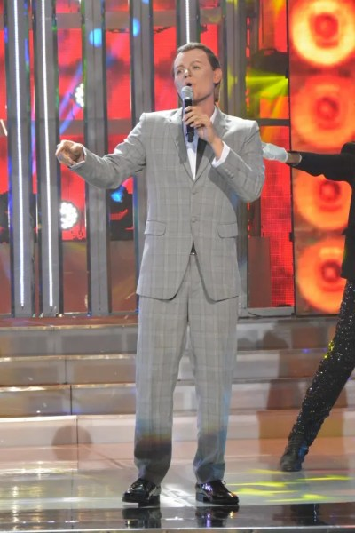Jay-R performing as Frank Sinatra at Your Face Sounds Familiar's Grand Showdown