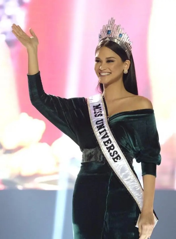 Miss Universe 2015 and Philippines' pride Pia Wurtzbach graced the stage with her achievement walk and an inspiring message for the teachers.