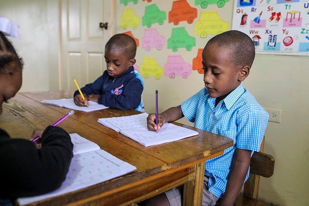 pojke-skolbank-trinidad-maloney