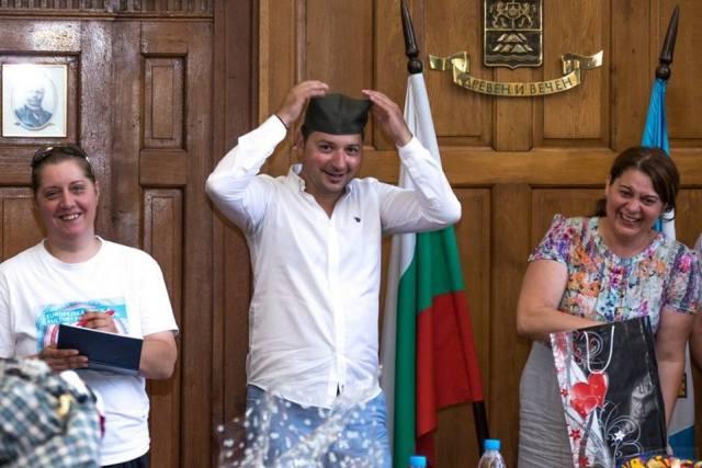 ЗА ПАМЋЕЊЕ... српска шајкача на глави директора фестивала