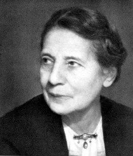 Lise Meitner (1878 – 1968): Como era costumbre con las niñas en Austria, a sus 14 años, a Lise le fue negada una educación superior. Pero inspirada por los descubrimientos de William Röntgen y Henri Becquerel, ella estaba decidida a estudiar la radioactividad. A sus 21, por fin las mujeres fueron admitidas en las universidades austríacas, lo que la llevó a obtener su doctorado en 1906. En Berlín colaboró con Otto Hahn en el estudio de elementos radioactivos, pero como mujer austríaca judía, se le prohibieron las clases y el trabajo en el laboratorio principal, y debió continuar su trabajo en el sótano. Al dejar la Alemania nazi, continuó sus colaboraciones con Otto Hahn, a quien luego se le otorgaría el premio Nobel, sin reconocer el trabajo de Lise.
