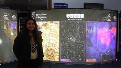 Catalina Zamora, estudiante de Licenciatura en Física mención Astronomía de la Universidad de Valparaíso, quien ayudo a crear esta exposición