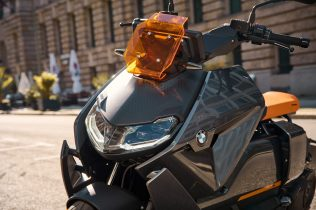 P90428737_highRes_the-new-bmw-ce-04-th