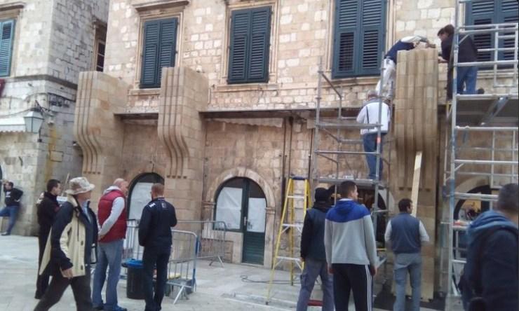 """De Dubrovnik set in aanbouw. Zoals vaak het geval is op dit soort sets zien we hier dat er maar tot aan de eerste etage gebouwd wordt, daarboven ziet alles er nog normaal uit. Wanneer de """"gewone"""" stukken toch in beeld komen zullen die digitaal bijgewerkt worden."""