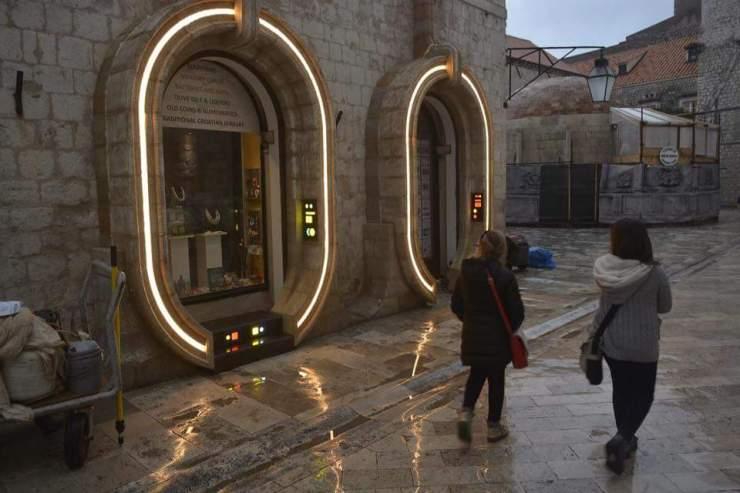 De winkelstraat in het historische centrum in omgetoverd naar een buitenaardse stad.