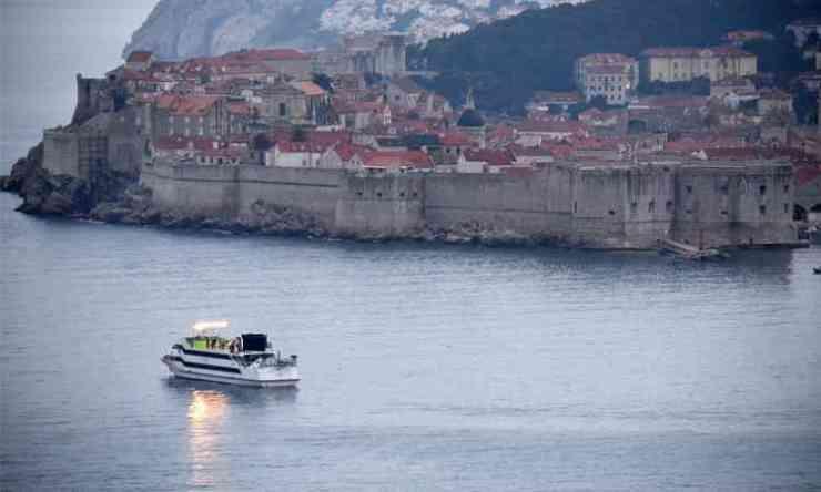 Vanaf de Sea Star heeft de ploeg een mooi uitzicht op de stadsmuren.
