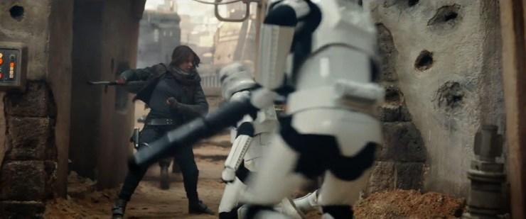 Hier zien we Jyn in gevecht met een stel Stormtroopers. Er valt blijkbaar niet met haar te spotten, in hand to hand combat delven de Stormtroopers het onderspit!