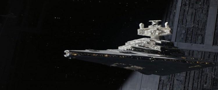 Hier zien we een Star Destroyer boven de Death Star.