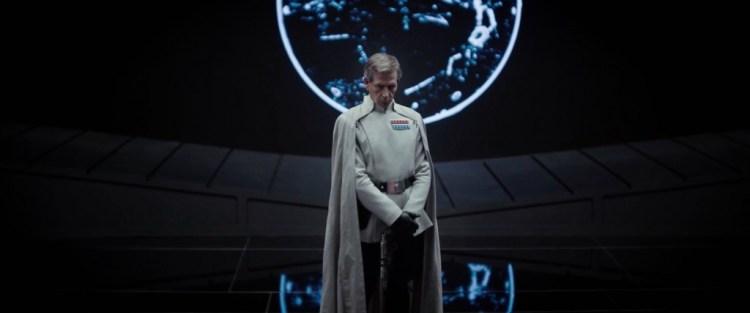 Dit is het personage van Ben Mendelsohn, een nieuwe officier waar we al eerder over hoorden, in wit uniform met cape. Wie is het, en waarom staat hij hier met een wapen in zijn handen?