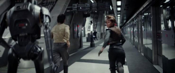 Jyn en Cassein rennen met een droid door een gang heen. Is deze droid het motion capture personage van Alan Tudyk?