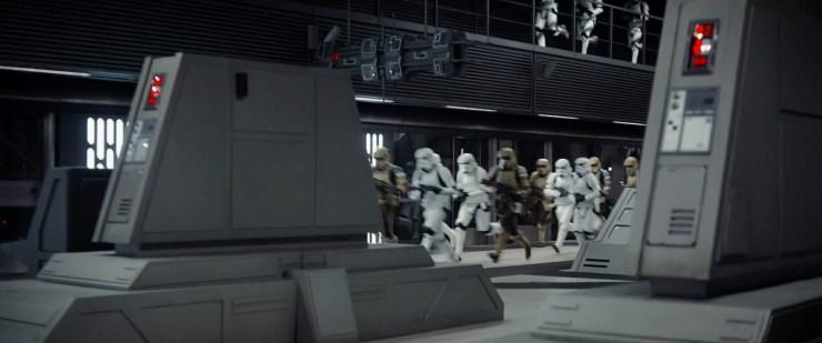 """Hier zien we nieuwe zandkleurige Stormtroopers. Volgens geruchten heten deze """"Scarab Troopers"""". Dit bevestigd dat ook de 3e helm die we op de foto van Donnie Yen zagen klopt dus."""