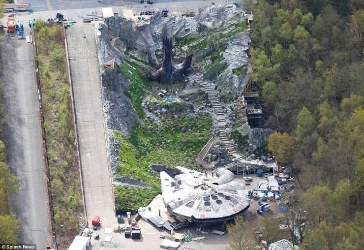 De Millennium Falcon staat ogenschijnlijk nog steeds geparkeerd waar Rey hem achterliet. Maar waar zijn R2 en Chewbacca?