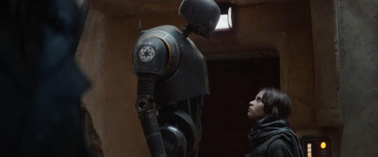De eerste keer dat we K-2SO horen spreken. Hij vertelt Jyn heel droog dat zij volgens Cassian een vriend is en hij haar daarom niet zal doden.