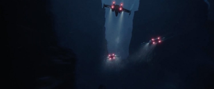 Vervolgens krijgen we nog een prachtig shot. Deze van een aantal X-Wings die tussen rotsen doorvliegen en Imperials voor de Shuttle van Director Krennic onder vuur nemen.
