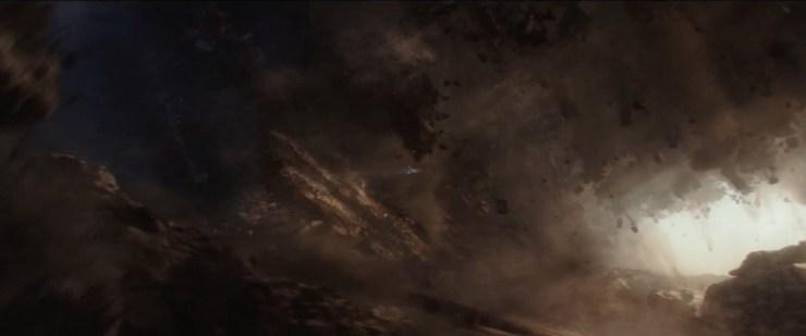 Hier zien we de U-Wing van Jyn en Cassian uit alle macht proberen te ontsnappen aan een hele lading aarde en rotsen die omlaag vallen.
