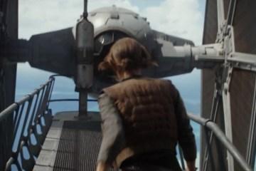 Jyn loopt op grote hoogte een TIE Fighter tegemoet. De vraag is, komt deze TIE haar stoppen, of zit piloot Bodhi achter de sticks om haar op te halen.