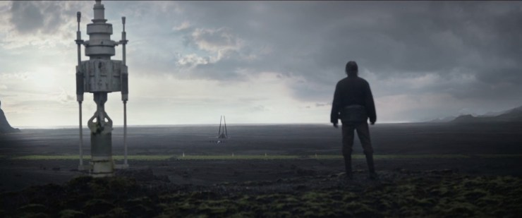 Hier is de shuttle geland op dezelfde planeet, met Galen Erso op de voorgrond.