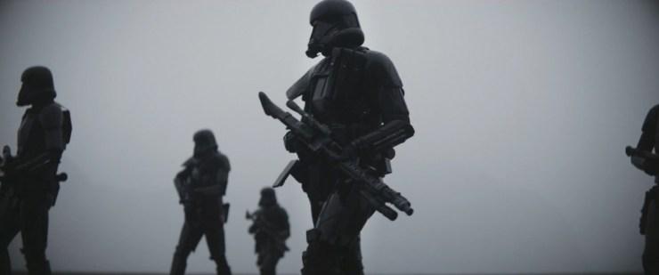 De imposante Death Troopers onderweg naar Erso.