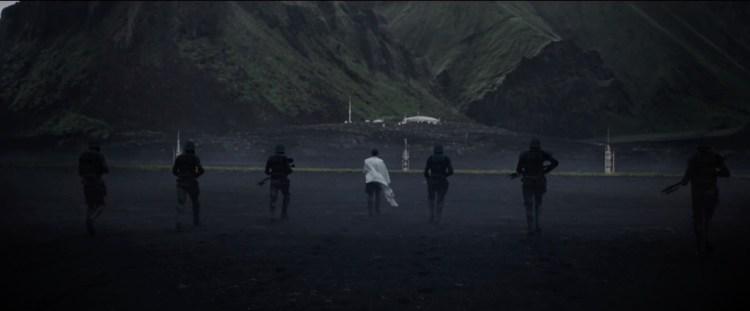De Death Troopers begeleiden Krennic naar zijn doel.