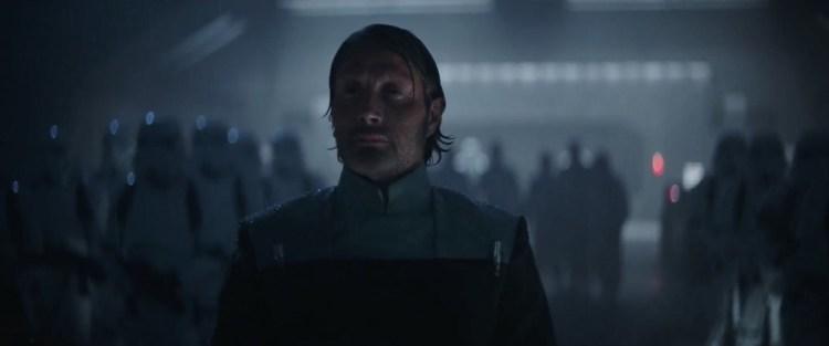 In het volgende shot zien we Galen Erso op een Imperial basis, in Imperial uniform, Orsen Krennic ontvangen. Terwijl we Mon horen vertellen dat Galen een belangrijke rol speelt bij de ontwikkeling van een superwapen.