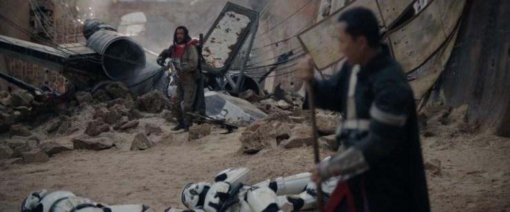 Hier zien we wat nieuwe momenten in het gevecht van Chirrut met de Stromtroopers. Hoewel hij zich uitstekend staande weet te houden met zijn staf, krijgt hij, broodnodige, hulp van zijn maatje Baze.