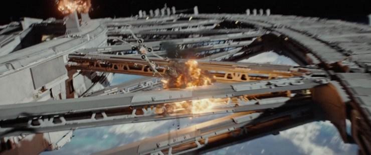 In dit geweldige shot zien we een stel X-Wings een ruimtestation aanvallen.