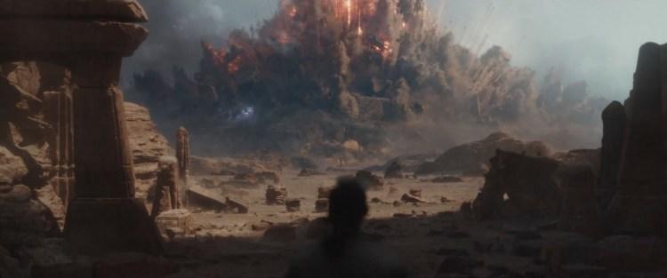 Hier zien we een flinke explosie op Jedha, we zagen Jyn en Cassian in een eerdere trailer door deze explosie heen vliegen.