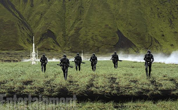 Deathtroopers op de flashbackplaneet, die we nu een naam kunnen geven: Lah'mu.  Genoemd naar Laamu, een van de locaties op de Malediven waar gefilmd is voor de film.