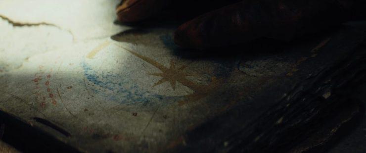"""Hierna zien we, hoogstwaarschijnlijk, een stukje van een van deze boeken. We zien het logo van de Jedi Order terwijl Rey """"and balance"""" antwoord."""