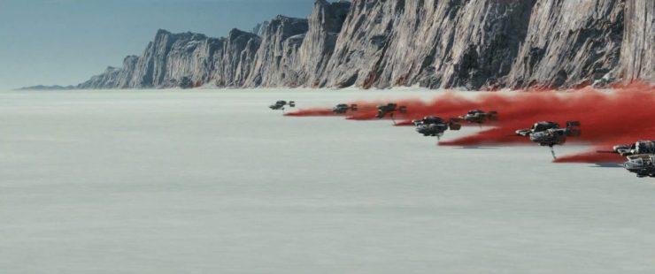 Deze nieuwe schepen laten een grote rode wolk achter die fel afsteekt tegen de kale en grauwe omgeving.