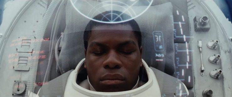 Op dit punt lijkt Finn nog onder medische behandeling te staan, hij lijkt in een Medisch apparaat te liggen. Ik kan niet alle tekst die op het scherm weerspiegeld staat lezen, maar de tweede regel laat ons in ieder geval weten dat Finn in stabiele toestand verkeerd.