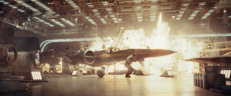 Dit shot lijkt het vorige te volgen, hier zien we de hangar van een schip beschoten worden met een grote explosie als gevolg. De X-Wing van Poe lijkt het moeilijk te krijgen, net als Poe en BB-8. Links en rechts op de voorgrond zien we twee A-Wings staan!