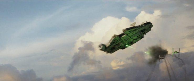 Hier hebben we weer een scene waarin de Millennium Falcon het in de atmosfeer van een planeet opneemt tegen First Order TIE Fighters. De explosie aan het begin van het shot is een TIE die ontploft. Zou Rey ook deze keer weer in de cockpit zitten?