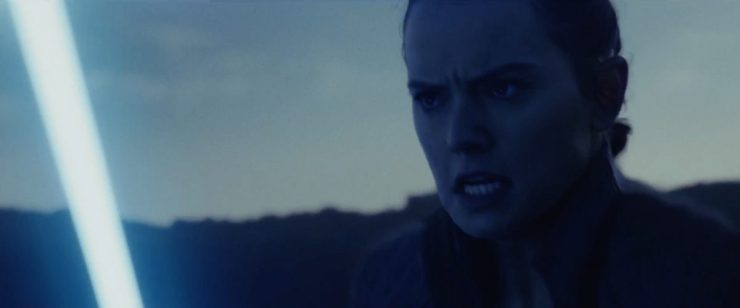 Hier zien we Rey met haar Lightsaber in haar hand rennen. Waar en waar naartoe of vandaan is niet op te maken.