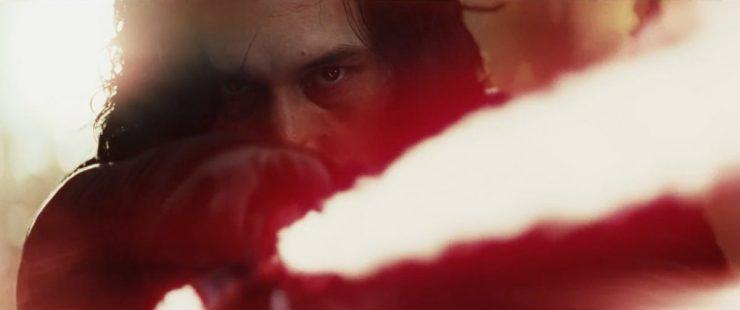 Nog iets waar we al tijden op wachten, een glimps van het gezicht van Ben. Zijn gezicht lijkt redelijk goed geheeld, hoewel hij nog een erg goed zichtbaar litteken overgehouden heeft aan zijn laatste confrontatie met Rey. Ook bevestigt dit shot dat hij hetzelfde Lightsaber gebruikt als in The Force Awakens.