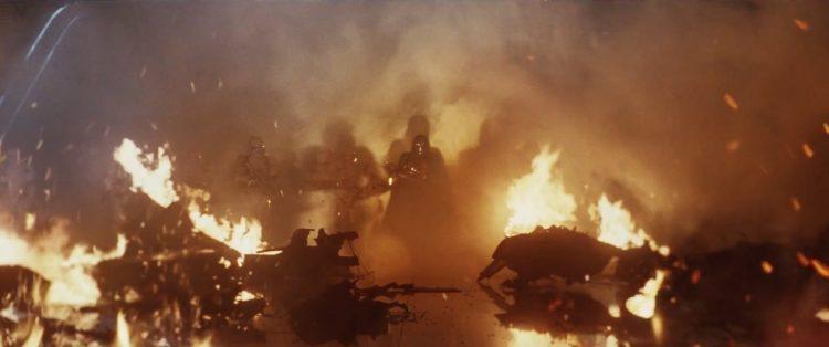 Hier zien we Captain Phasma met een groep Stormtroopers door een andere brandende ravage lopen. Deze omgeving ziet er veel moderner uit en lijkt meer op een schip. Is dit de hangar waar eerder de X-Wing van Poe leek te sneuvelen?