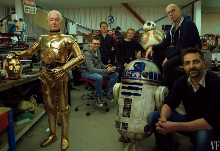 Anthony Daniels als C-3PO, met droids R2-D2 en BB-8 en de Droid Department's Brian Herring, Dave Chapman, Matthew Denton, Lee Towersey, en Joshua Lee.