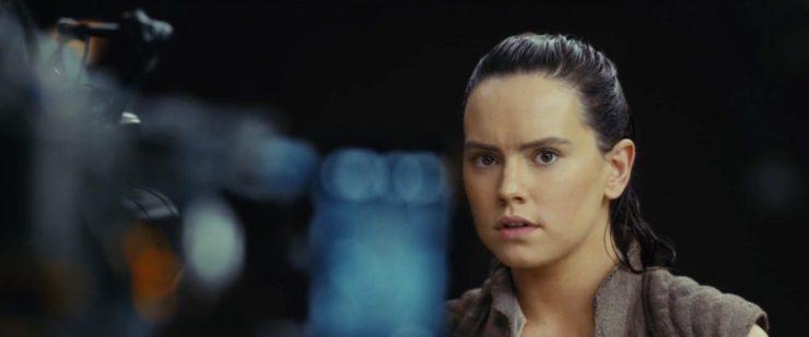 Daisy Ridley in hetzelfde vest dat ze aan het einde van The Force Awakens draagt op Ahch-To. Maar wel met haar haar los, zoals we eerder voor het eerst zagen op de Last Jedi verpakkingen van Hasbro speelgoed.
