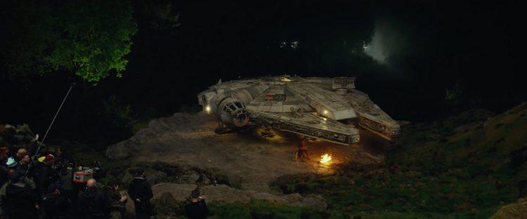 In dit shot zien we Chewbacca de wacht houden bij de Millennium Falcon op Ahch-To. Had hij geen zin om die lange trap omhoog te lopen om Luke te begroeten?