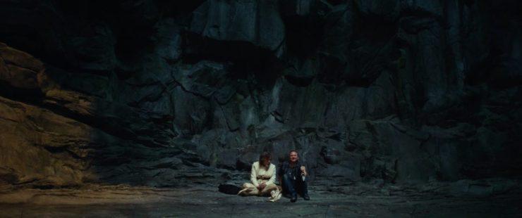 Mark Hamill en Rian Johnson in gesprek op een Ahch-To set.