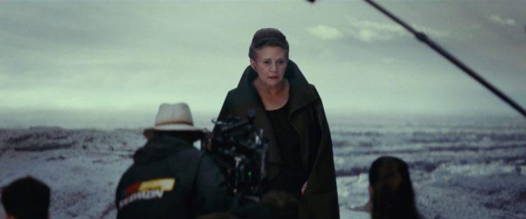 Carrie Fisher als General Leia Organa op een set waar we haar nog niet eerder gezien hebben. Dit is niet de Resistance Base en lijkt ook niet Ahch-To te zijn. En zien we Rey rechts in beeld?