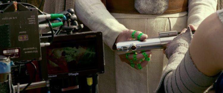 Rey overhandigd Luke het lightsaber dat zijn vader decennia eerder gemaakt heeft. De groene stukken tape om Mark's vingers zijn referentie voor de Special Effects mensen die Mark's hand zullen vervangen door de mechanische hand die we eerder al in The Last Jedi zagen.