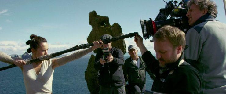 Rey op Ahch-To. Regisseur Rian Johnson positioneert de punt van Rey's staff op de juiste plek in het beeld van de camera (hij ziet op een scherm voor zich wat de camera ziet), waarna Daisy de staff naar haar toe trekt voor het shot.