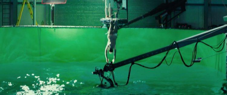 Hier zien we Daisy Ridley als Rey in een green screen watertank duiken. Onder water zwemt een reddingsduiker om haar te hulp te schieten mocht dat nodig zijn. Ze lijkt dezelfde kleding te dragen als tijdens haar trainingssessies op Ahch-To. Dus dit zal het water rondom dat eiland moeten voorstellen.